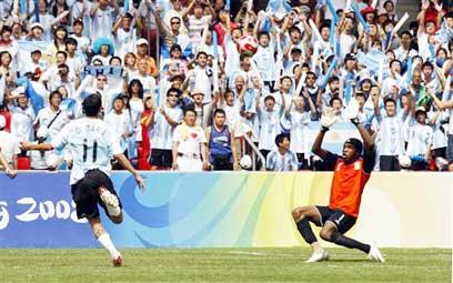 די מריה כובש את שער הניצחון בגמר מול ניגריה (צילום: AFP)