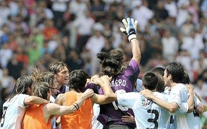 נבחרת ארגנטינה בתמונה שכיחה מבייג'ינג (צילום: AFP)