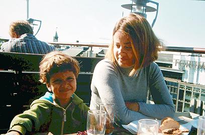 """בוריסוב ובנה אלון. """"אין דרך מילולית לתאר את יגונה"""" (צילום רפרדוקציה: יריב כץ) (צילום רפרדוקציה: יריב כץ)"""