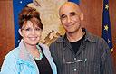 הבמאי אילן פרנק ושרה פיילין (צילום: משרד מושלת אלסקה)