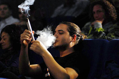 עם ג'וינט ענקי מול הכנסת, בקמפיין 2009 (צילום: ירון ברנר) (צילום: ירון ברנר)