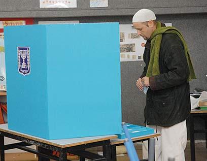 קופטש מצביע ב-2009. הגידו קנ (צילום: ירון ברנר) (צילום: ירון ברנר)