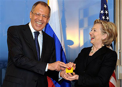 Russian FM Lavrov with Clinton (Photo: AP)