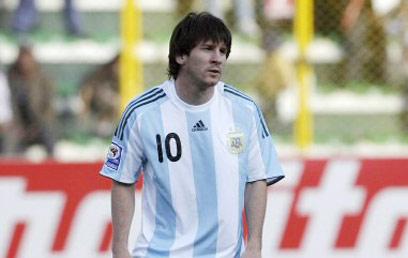 מסי בפוזה אופיינית בנבחרת ארגנטינה. עקב האכילס של הפרעוש (צילום: רויטרס) (צילום: רויטרס)