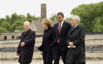 עם אובמה ומרקל במחנה הריכוז בוכנוולד (צילום: AP) (צילום: AP)