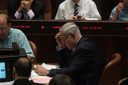 ראש הממשלה בעת ההצבעה על חוק ההסדרים  (צילום: גיל יוחנן ) (צילום: גיל יוחנן )
