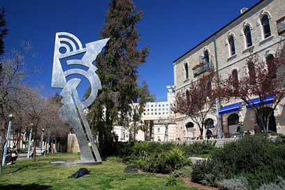 העובדת דיווחה על מחלה ועסקה בשיפוץ ביתה. עיריית ירושלים (צילום: רון פלד)