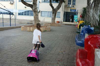 """ילד שהולך לביה""""ס מגיע מאוזן יותר (אילוסטרציה) (צילום: עופר עמרם)"""