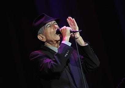 לאונרד כהן על הבמה. איזה אמן זוכה לתחייה מחודשת בגיל 74? (צילום: ירון ברנר) (צילום: ירון ברנר)
