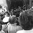 מבצע יונתן - החטופים יוצאים מהמטוס ומתקבלים בשמחה בישראל