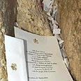 פתקי מתפללים וביניהם מכתב של האפיפיור יוחנן פאולוס השני.