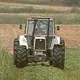 שימוש במכונות חקלאיות.