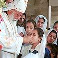 כומר קופטי בטקס אכילת לחם הקודש בכנסייה הקופטית בקהיר.