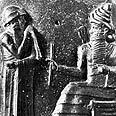 חמורבי מקבל את ספר החוקים משמש האל.