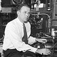ארנסט לורנס במעבדתו.