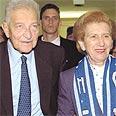 עזר ויצמן עם אשתו ראומה