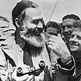 """המינגוויי בפגישה עם חיילים אמריקאים בדרכם לנורמנדי בזמן מלה""""ע 2"""