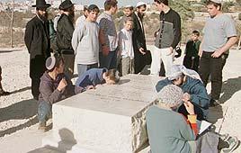 קבר גולדשטיין בקריית ארבע (צילום: זום 77)