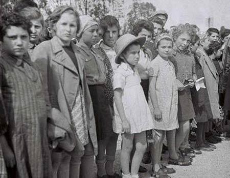 """ילדי טהרן אחרי הגעת הרכבת לעתלית (צילום: לע""""מ)"""