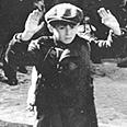 יהודים בגטו ורשה מוקפים בגרמנים