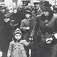 אם ובת יהודיות מסתובבות ברחובות גטו ורשה.