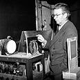 ג'ון לוגי ביירד מדגים את המצאתו האחרונה, הטלוויזיה הצבעונית, 1942.