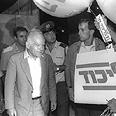 יצחק שמיר מסייר בקלפיות, בחירות 1988.
