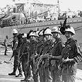 חיילים איטלקים משגיחים על פינוי טרוריסטים לבנונים בנמל בירות
