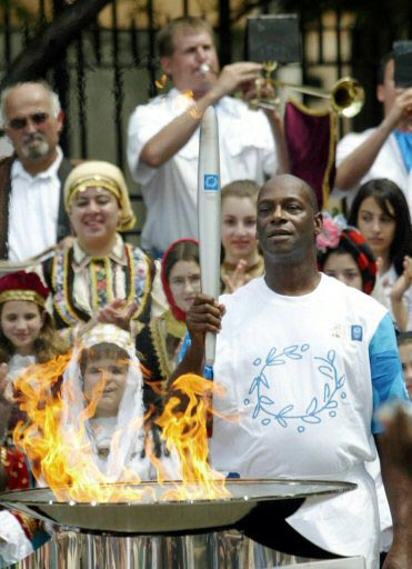 בימון קיבל את הכבוד להדליק את האש האולימפית באתונה (צילום: רויטרס)
