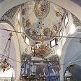 כיפת בית הכנסת עם העיטורים והסמלים השונים