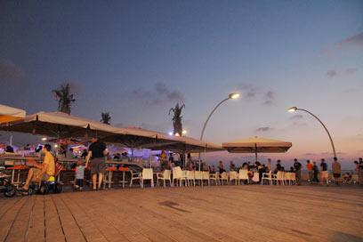 """וכך הוא כיום - נמל ת""""א הפך לאזור בילוי שוקק (צילום: דניאל לילה)"""
