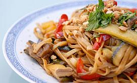 נודלס עם ירקות בסגנון סיני. צילום: ירון ברנר