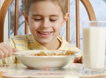חלב ודגנים בעלי אינדקס גליקמי נמוך משביעים יותר לאורך היום (צילום: index open) (צילום: index open)
