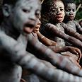 ילדים פיגמים במהלך טקסי חניכה