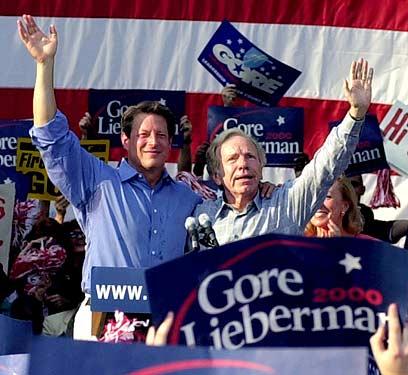 אל גור (משמאל) בקמפיין הבחירות בשנת 2000 (צילום: איי פי) (צילום: איי פי)