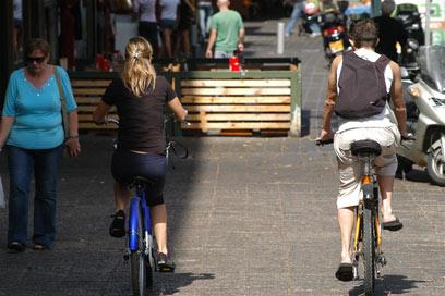המדרכה עמוסה? זה לא מפריע לרוכבי האופניים (צילום: ירון ברנר) (צילום: ירון ברנר)