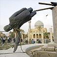אזרחים עירקים מפילים את פסלו של צדאם חוסיין בכיכר בבגדד