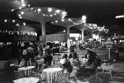 """כיכר אתרים בשנות ה-80 של המאה הקודמת. """"ב-7 השנים הראשונות לקיומה, הכיכר הייתה הצלחה אדירה"""" (צילום: משה מילנר, לע""""מ)"""