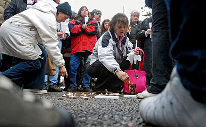 משפחות של קורבנות הרוצח פיקטון (צילום ארכיון: AFP) (צילום: איי אף פי) (צילום: איי אף פי)