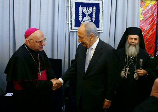 Patriarch Michel Sabbah meets Shimon Peres (Photo: Reuters)