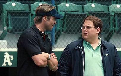 """ג'ונה היל ובראד פיט על מגרש הבייסבול ב""""מאניבול"""" ()"""