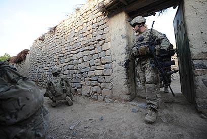 חיילים באפגניסטן. הפשיטות הליליות בבתים גרמו לחיכוך (צילום: AFP) (צילום: AFP)