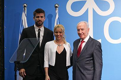 שאקירה ופיקה עם הנשיא פרס. בפעם הבאה רפאלי? (צילום: אוהד צויגנברג)