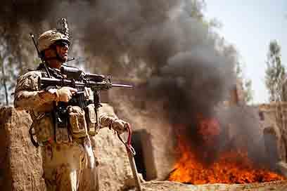 """חייל בקנדהאר. """"המשימה איננה רק ללכוד ולהרוג""""  (צילום: AP) (צילום: AP)"""
