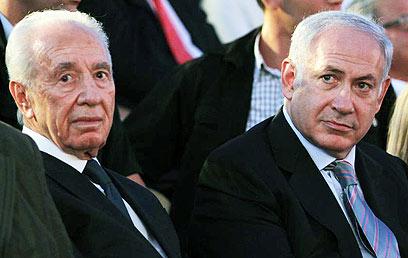 """""""זה לא ויכוח בין שני פוליטיקאים"""". נתניהו ופרס (צילום: גיל יוחנן) (צילום: גיל יוחנן)"""