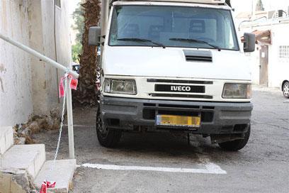 המשאית של לוי. לא הספיק לבלום (צילום: אבי מועלם) (צילום: אבי מועלם)