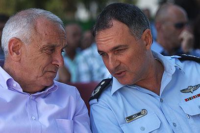 """השר אהרונוביץ' ומפכ""""ל המשטרה. ממגרים את הפשיעה במגזר הערבי (צילום: אבישג שאר-ישוב) (צילום: אבישג שאר-ישוב)"""