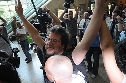 לא מתכוונים להפר את הסדר. פעילי שמאל שהתפרעו במטס הקודם (צילום: ירון ברנר) (צילום: ירון ברנר)
