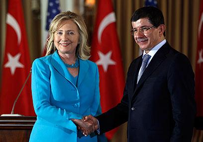 Clinton and Davutoglu (Photo: Reuters)