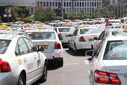נהגי מוניות ונוסעים יחגרו, גם בנסיעה עירונית (צילום: מוטי קמחי) (צילום: מוטי קמחי)